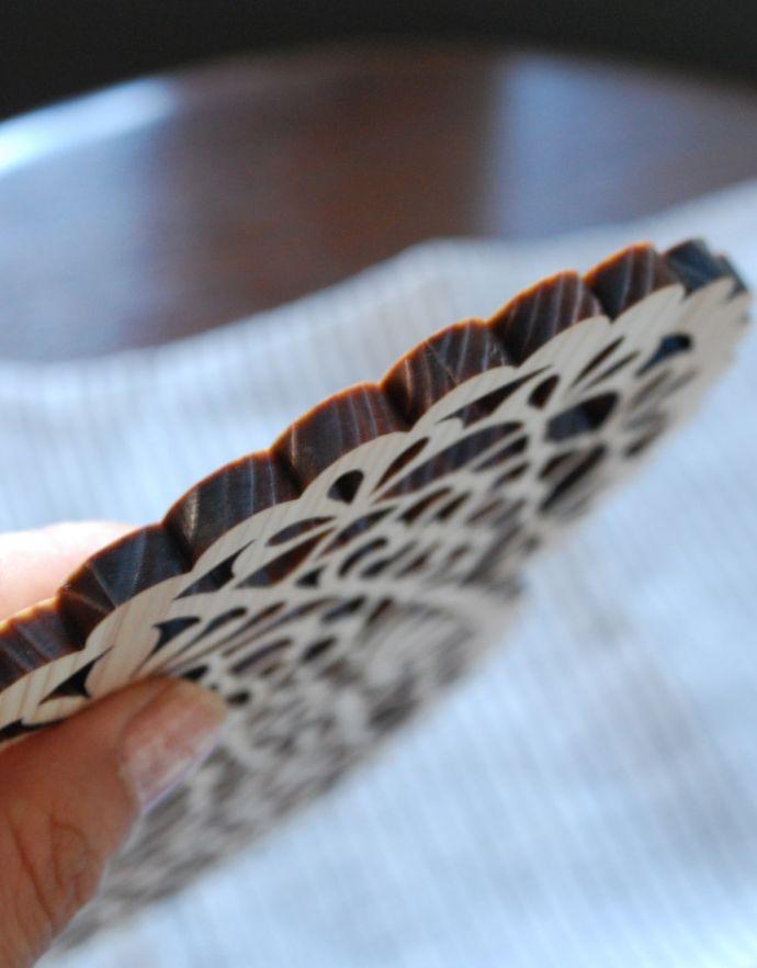 ダイニング雑貨 インテリア雑貨 ドイリーレースモチーフ、国産杉のコースター(ハート)。厚みはこんな感じです。(n3-082)