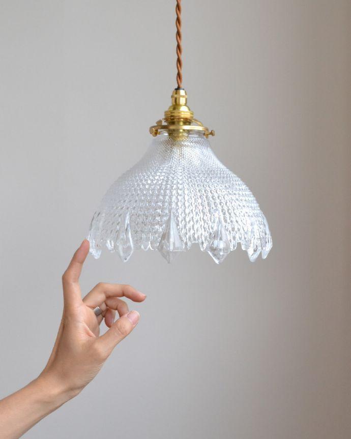 ペンダントライト 照明・ライティング キラキラ光るカッティングのペンダントライト(コード・シャンデリア電球・ギャラリーA付き)。細かいカッティングとふわんとしたシルエットで、とても上品な雰囲気に仕上がっています。(pl-001d)