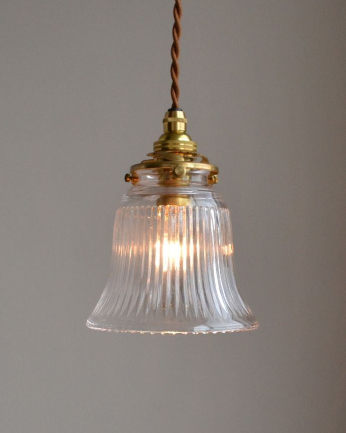 ペンダントライト 照明・ライティング ストライプガラスのペンダントライト(コード・シャンデリア電球・ギャラリーA付き)。ストライプカットが明かりを点けるとキラキラきれいです。(pl-003c)