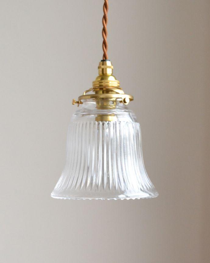 ペンダントライト 照明・ライティング ストライプガラスのペンダントライト(コード・シャンデリア電球・ギャラリーA付き)。裾が広がるベル型のデザインが可愛い小さめのガラスシェードです。(pl-003c)