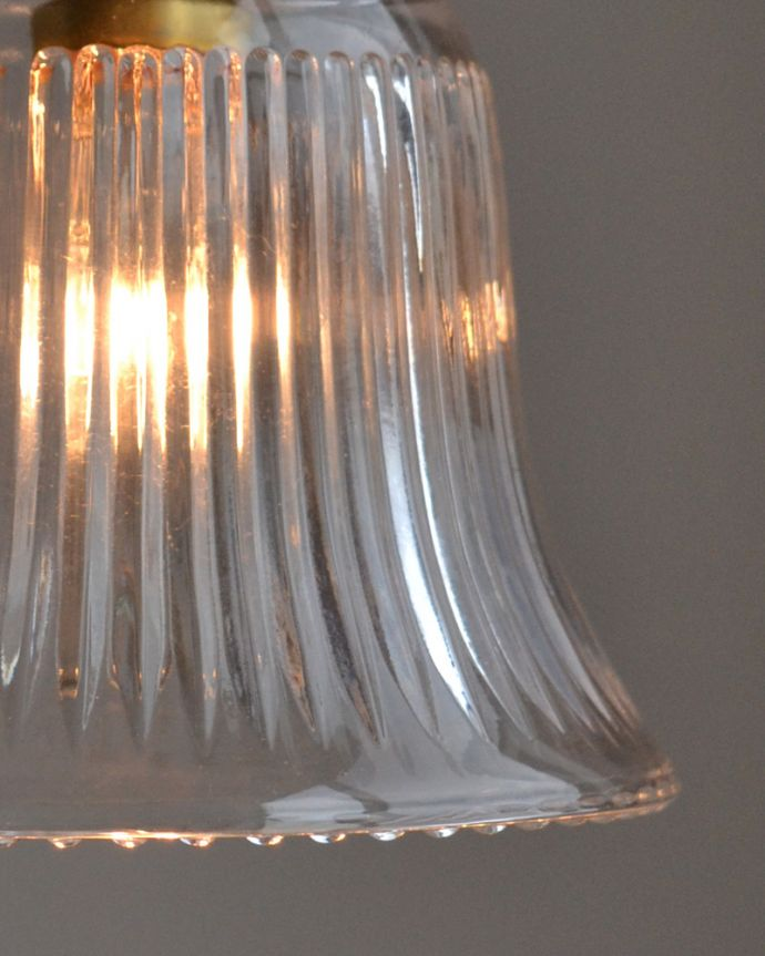 ペンダントライト 照明・ライティング ストライプガラスのペンダントライト(コード・シャンデリア電球・ギャラリーA付き)。シェードは、手作りのため多少、誤差があったり、気泡やキズ、汚れが入っている場合もあります。(pl-003c)