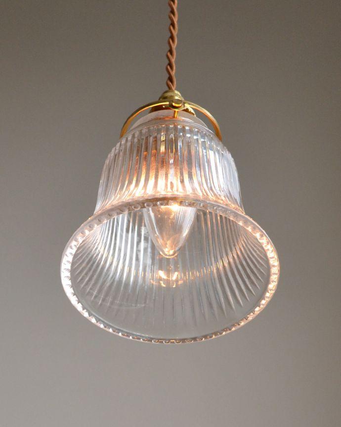 ペンダントライト 照明・ライティング ストライプガラスのペンダントライト(コード・シャンデリア電球・ギャラリーA付き)。下から見上げるとこんな感じです。(pl-003c)