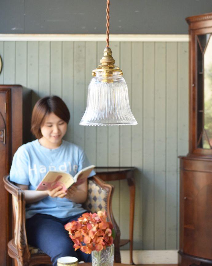 ペンダントライト 照明・ライティング ストライプガラスのペンダントライト(コード・シャンデリア電球・ギャラリーA付き)。比較的小さめの傘なので、2〜3こを並べるのがオススメです。(pl-003c)