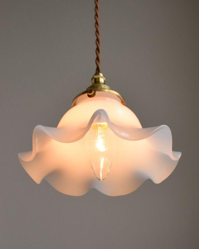 ペンダントライト 照明・ライティング ミルクガラスの可愛いペンダントライト(コード・シャンデリア電球・ギャラリーA付き)。優しく、やわらかい灯りが、雰囲気のいいお部屋にしてくれます。(pl-013a)