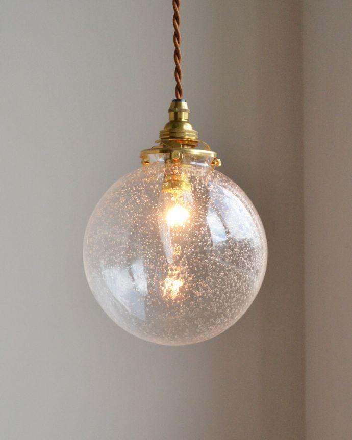 ペンダントライト 照明・ライティング 気泡がちりばめられたペンダントライト(コード・シャンデリア球・ギャラリーA付き)。キッチンのカウンター部分や、リビングに。(pl-047a)