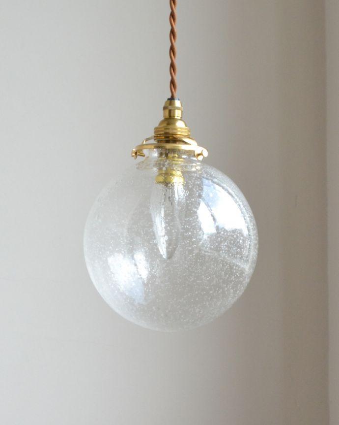 ペンダントライト 照明・ライティング 気泡がちりばめられたペンダントライト(コード・シャンデリア球・ギャラリーA付き)。シェードは、手作りのため多少、誤差があったり、気泡やキズ、汚れが入っている場合もあります。(pl-047a)