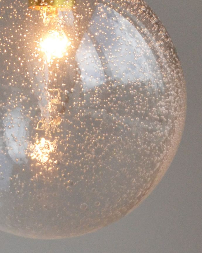 ペンダントライト 照明・ライティング 気泡がちりばめられたペンダントライト(コード・シャンデリア球・ギャラリーA付き)。明かりをつけると、気泡が美しくきらめきます。(pl-047a)