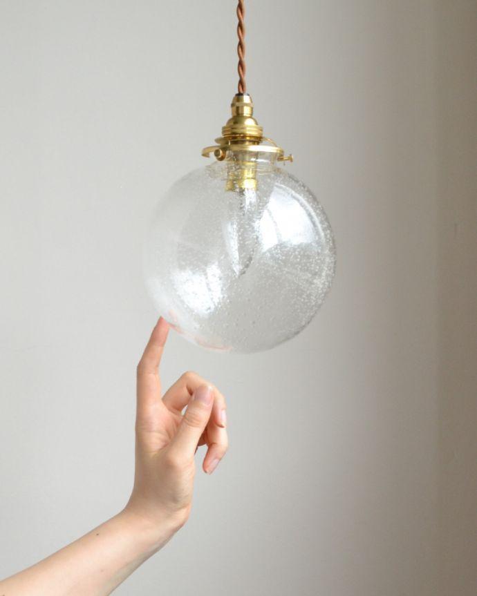 ペンダントライト 照明・ライティング 気泡がちりばめられたペンダントライト(コード・シャンデリア球・ギャラリーA付き)。大きめのガラスなので1つだけでも存在感がありますよ。(pl-047a)