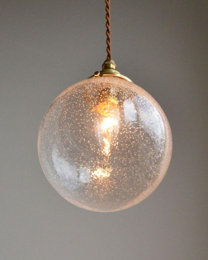 ペンダントライト 照明・ライティング 気泡がちりばめられたペンダントライト(コード・シャンデリア球・ギャラリーA付き)。下から見上げるとこんな感じです。(pl-047a)