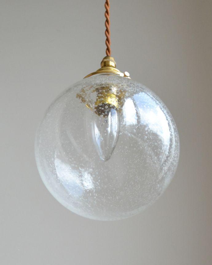 ペンダントライト 照明・ライティング 気泡がちりばめられたペンダントライト(コード・シャンデリア球・ギャラリーA付き)。下から見ると、ガラスがキラッと輝いて、本当にシャボン玉が浮いているように見えるんです!。(pl-047a)