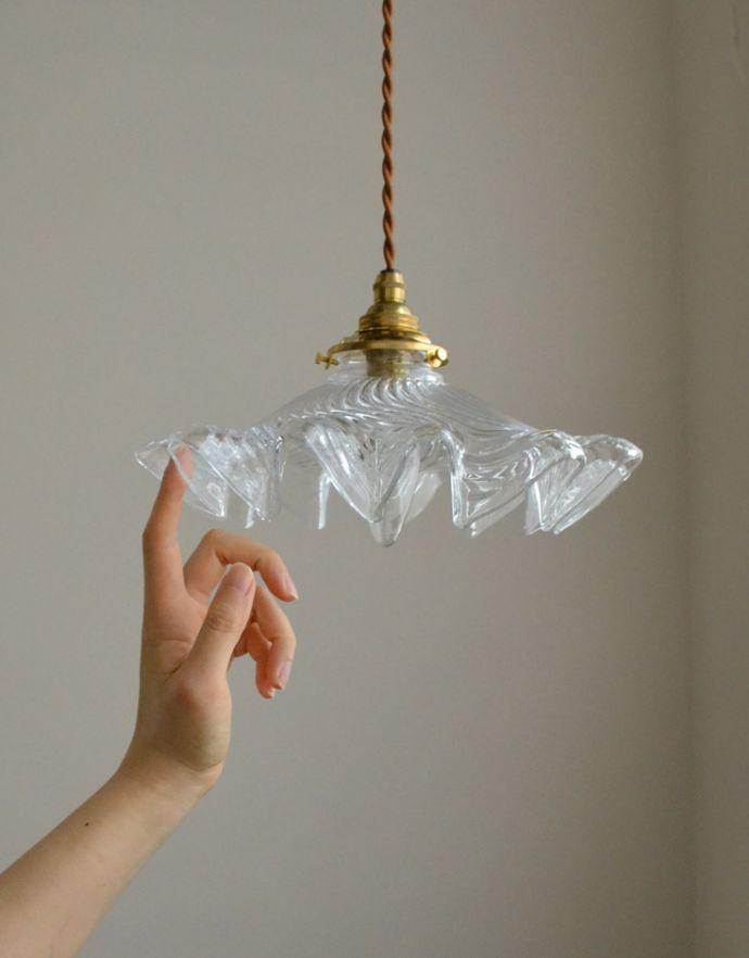 ペンダントライト 照明・ライティング ダイナミックなカッティングが美しい、ペンダントライト(コード・シャンデリア球・ギャラリーA付き)。透明なガラスに入った縦のラインは、独特の光の表情を楽しむことができます。(pl-132)