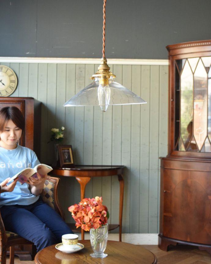 ペンダントライト 照明・ライティング 電球の温かい明かりを楽しめるクリアガラスがキレイなペンダントライト(コード・シャンデリア球・ギャラリーA付き)。あたたかい光がお部屋を包み込みます。(pl-149)