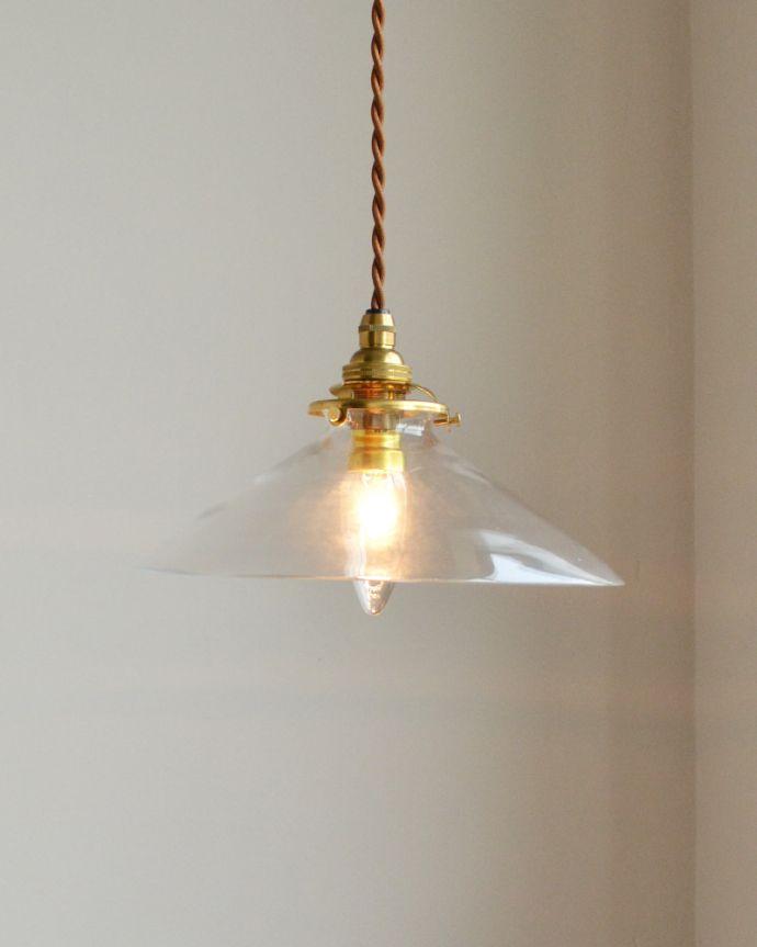 ペンダントライト 照明・ライティング 電球の温かい明かりを楽しめるクリアガラスがキレイなペンダントライト(コード・シャンデリア球・ギャラリーA付き)。シェードは、手作りのため多少、誤差があったり、気泡やキズ、汚れが入っている場合もあります。(pl-149)