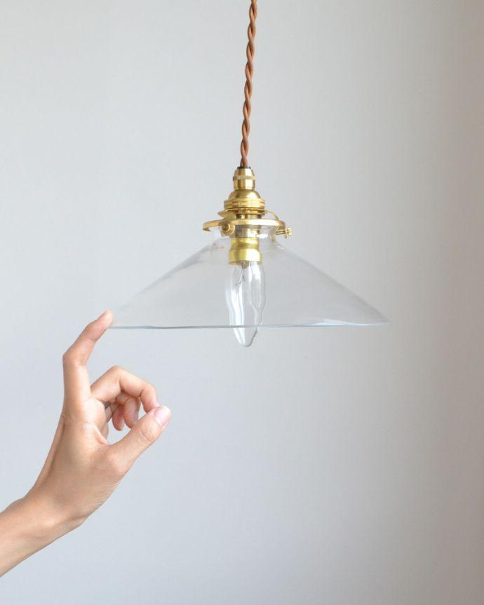 ペンダントライト 照明・ライティング 電球の温かい明かりを楽しめるクリアガラスがキレイなペンダントライト(コード・シャンデリア球・ギャラリーA付き)。ふわんと広がった傘は、ダイニングに2つ並べたり、お手洗いや玄関に1つ下げるのがオススメです。(pl-149)