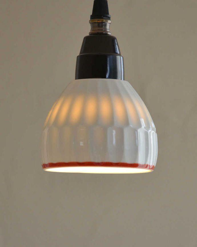 ペンダントライト 照明・ライティング 可愛い磁器製(ライン)シェードのペンダントライト(50cmコード・E26球・ギャラリーなし)。やわらかく灯る温かい光が魅力です。(pl-182)