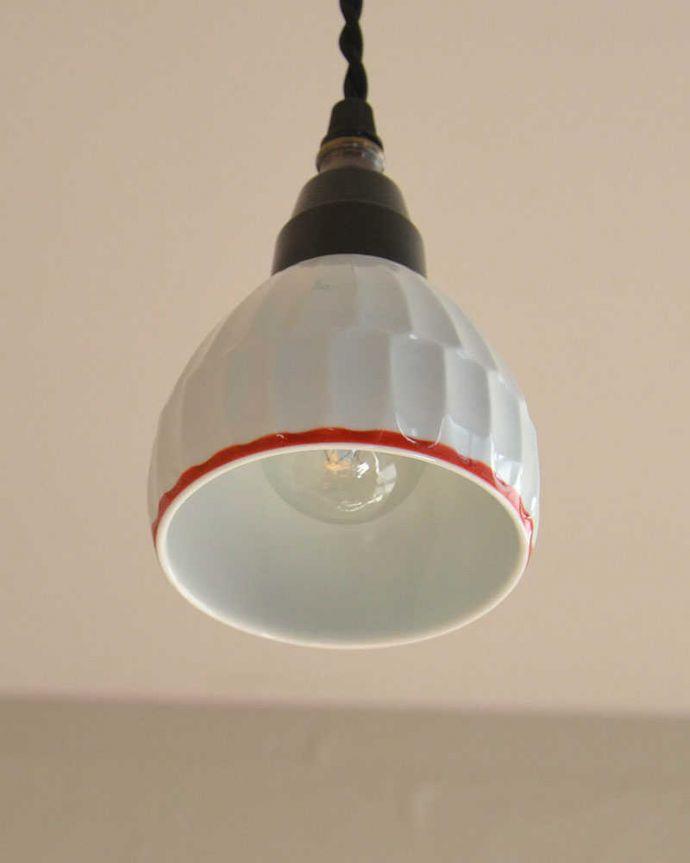 ペンダントライト 照明・ライティング 可愛い磁器製(ライン)シェードのペンダントライト(50cmコード・E26球・ギャラリーなし)。【 シェード 】幅9×奥行9×高さ7cm【 コードの長さ 】50cm(標準)お部屋にあわせて、10cm単位でコードを短くしたり長くしたり加工することも出来ます。(pl-182)