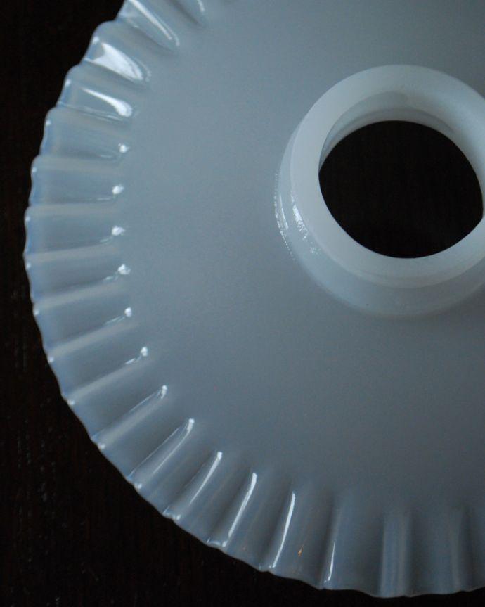 ペンダントライト 照明・ライティング 細かいウェーブのミルクガラスシェードペンダントライト(コード・シャンデリア電球・ギャラリーA付き)。。(pl-188)