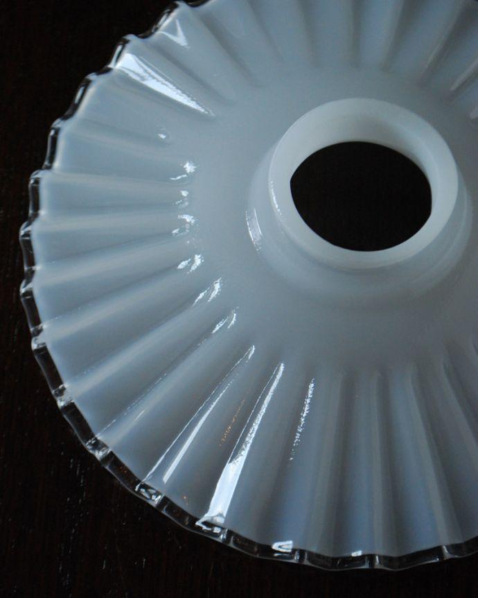 ペンダントライト 照明・ライティング ミルク×クリアガラス、細かいウェーブのシェードペンダントライト(コード・シャンデリア電球・ギャラリーA付き)。。(pl-193)