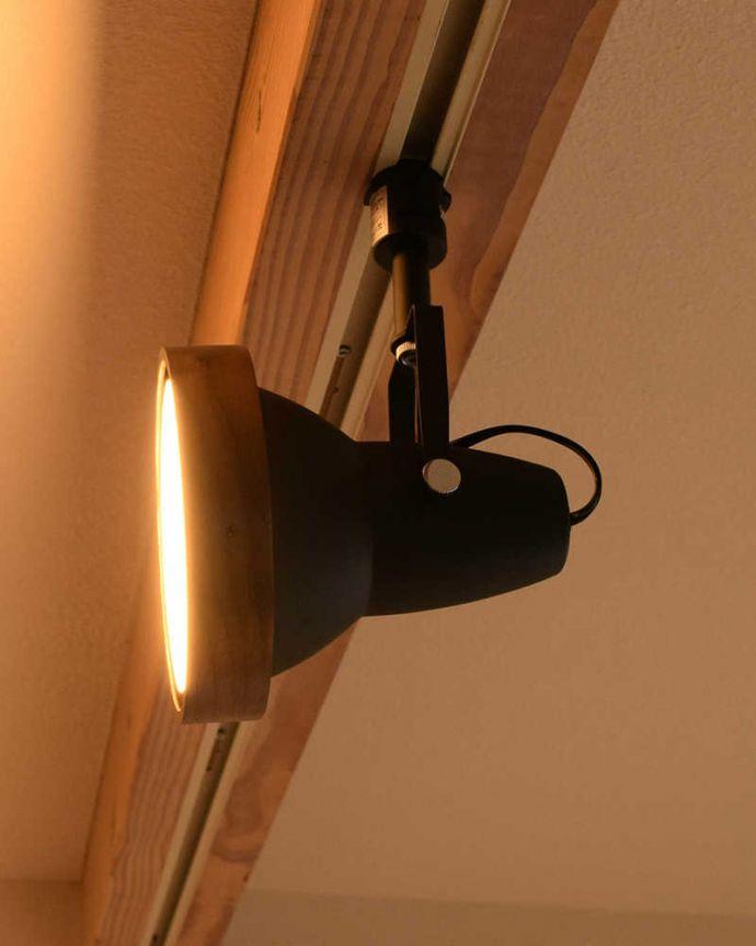 照明・ライティング ウォルナット材風のオシャレなダクトレール用スポットライト(LED電球セット)。角度も調整できます好きな場所が照らせるよう角度調整ができるようになっています。(pl-203)
