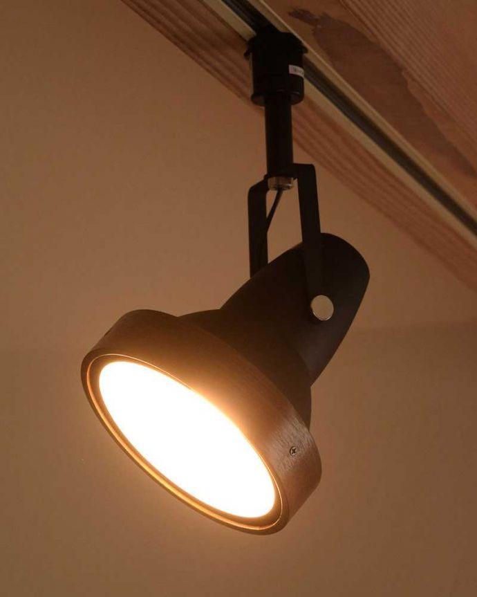 照明・ライティング ウォルナット材風のオシャレなダクトレール用スポットライト(LED電球セット)。ダクトレール用のおしゃれスポットライトスチールのベースに木製のリングがついたオシャレなスポットライト。(pl-203)