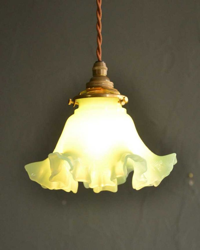 ペンダントライト 照明・ライティング アップルグリーンのフリルガラスのペンダントライト(コード・シャンデリア球・ギャラリーA)。。(pl-235)