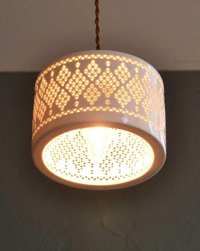 ペンダントライト 照明・ライティング ぬくもりが感じられる陶器のペンダントライト(ダイヤレース)(コード・シャンデリア球・白リング2枚付き)。。(pl-256)