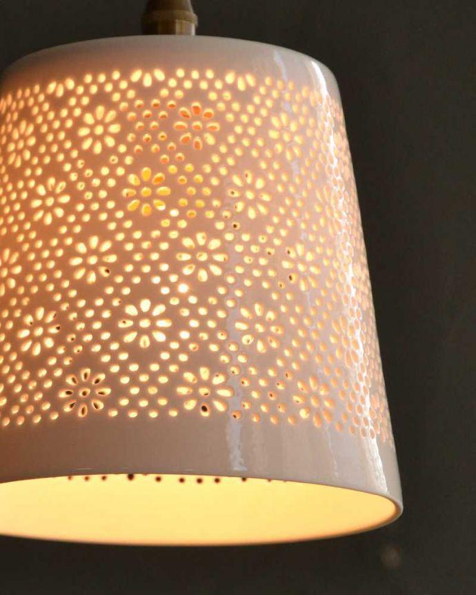 ペンダントライト 照明・ライティング ぬくもりが感じられる陶器のペンダントライト(フラワーレース)(コード・シャンデリア球・白リング2枚付き)。。(pl-257)