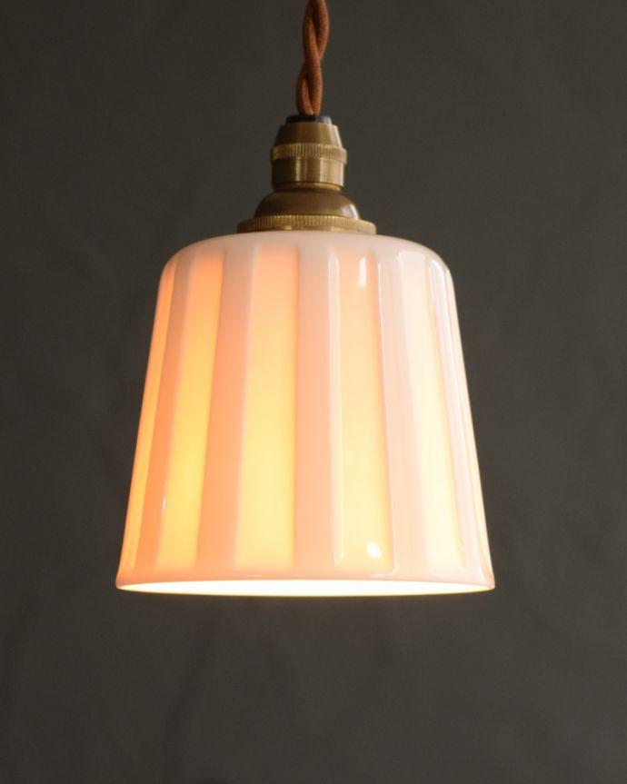 ペンダントライト 照明・ライティング 白磁シェード(レイユール)のペンダントライト(コード・丸球・ギャラリーなし)。夜になると模様が浮かび上がるペンダントライトお昼は真っ白な白磁のシェード。(pl-258)