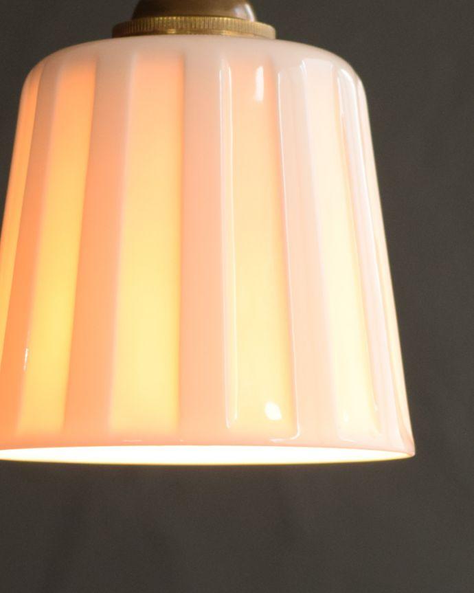 ペンダントライト 照明・ライティング 白磁シェード(レイユール)のペンダントライト(コード・丸球・ギャラリーなし)。夜になって灯りを点けると・・・ふわっとした優しい灯りで周りを包み込んでくれるので、一日の疲れを癒してくれます。(pl-258)