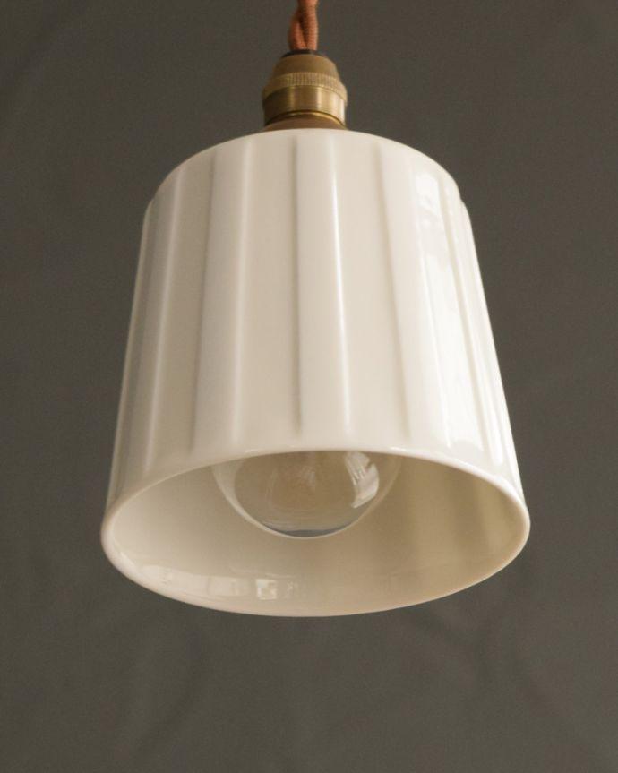 ペンダントライト 照明・ライティング 白磁シェード(レイユール)のペンダントライト(コード・丸球・ギャラリーなし)。下から見上げると・・・実際に取り付けてカウンターやダイニングの下からのぞくとこんな感じです。(pl-258)
