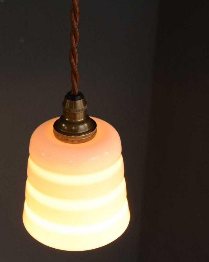 ペンダントライト 照明・ライティング 白磁シェード(コンファイン)のペンダントライト(コード・丸球・ギャラリーなし)。上から見ると・・・コードは日本仕様の新しいものです。(pl-259)
