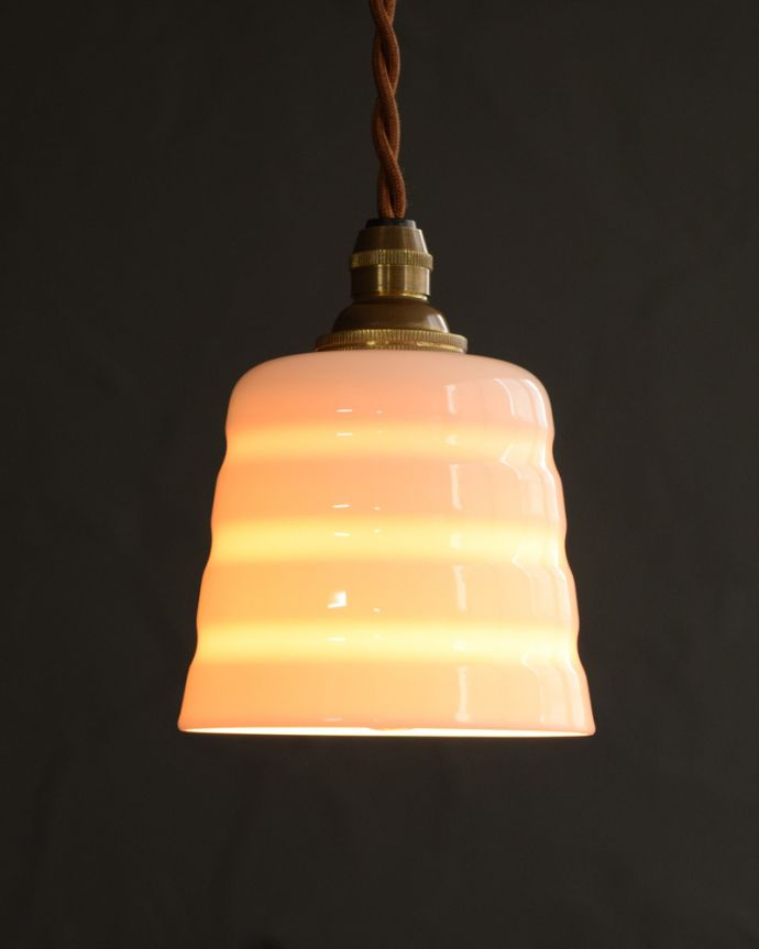 ペンダントライト 照明・ライティング 白磁シェード(コンファイン)のペンダントライト(コード・丸球・ギャラリーなし)。夜になると模様が浮かび上がるペンダントライトお昼は真っ白な白磁のシェード。(pl-259)