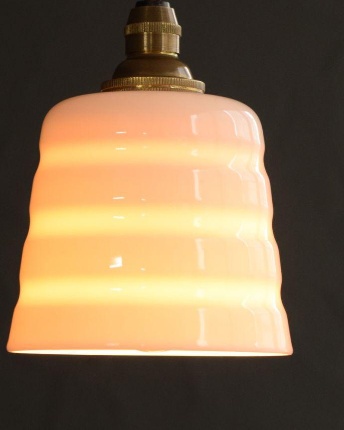 ペンダントライト 照明・ライティング 白磁シェード(コンファイン)のペンダントライト(コード・丸球・ギャラリーなし)。夜になって灯りを点けると・・・ふわっとした優しい灯りで周りを包み込んでくれるので、一日の疲れを癒してくれます。(pl-259)