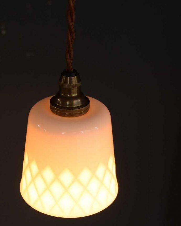 ペンダントライト 照明・ライティング 白磁シェード(ディアマンテ)のペンダントライト(コード・丸球・ギャラリーなし)。上から見ると・・・コードは日本仕様の新しいものです。(pl-260)