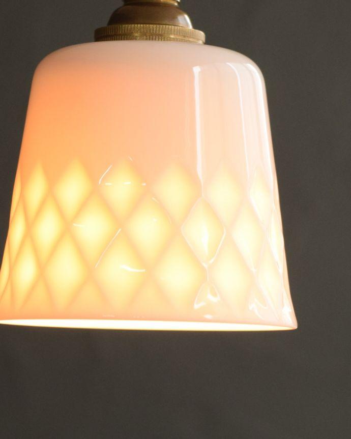 ペンダントライト 照明・ライティング 白磁シェード(ディアマンテ)のペンダントライト(コード・丸球・ギャラリーなし)。夜になって灯りを点けると・・・ふわっとした優しい灯りで周りを包み込んでくれるので、一日の疲れを癒してくれます。(pl-260)