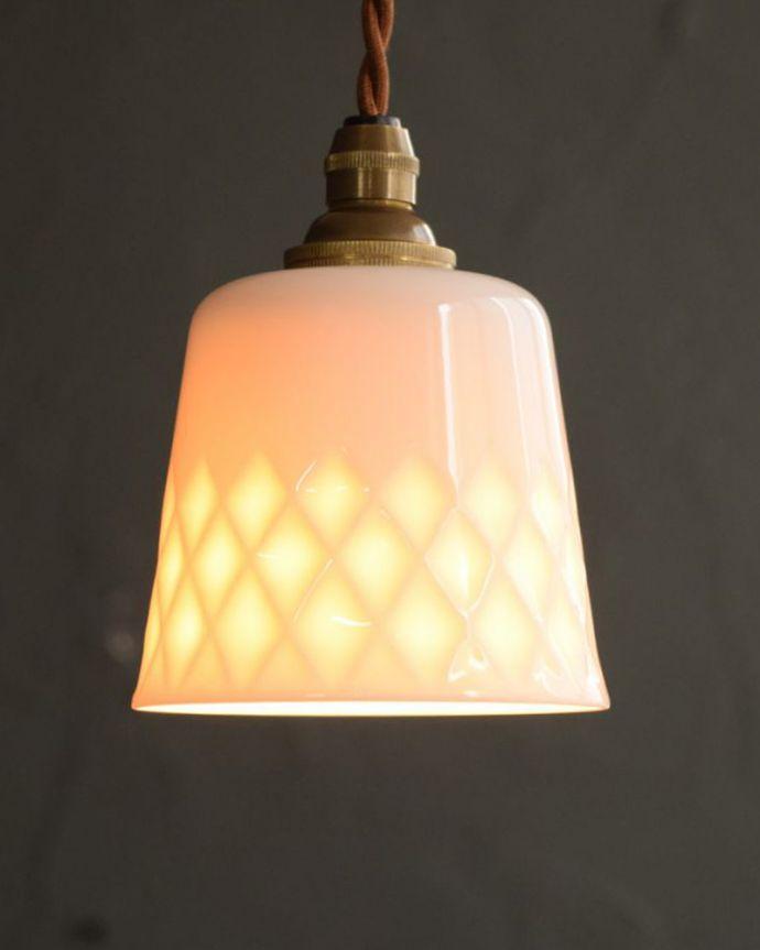 ペンダントライト 照明・ライティング 白磁シェード(ディアマンテ)のペンダントライト(コード・丸球・ギャラリーなし)。夜になると模様が浮かび上がるペンダントライトお昼は真っ白な白磁のシェード。(pl-260)