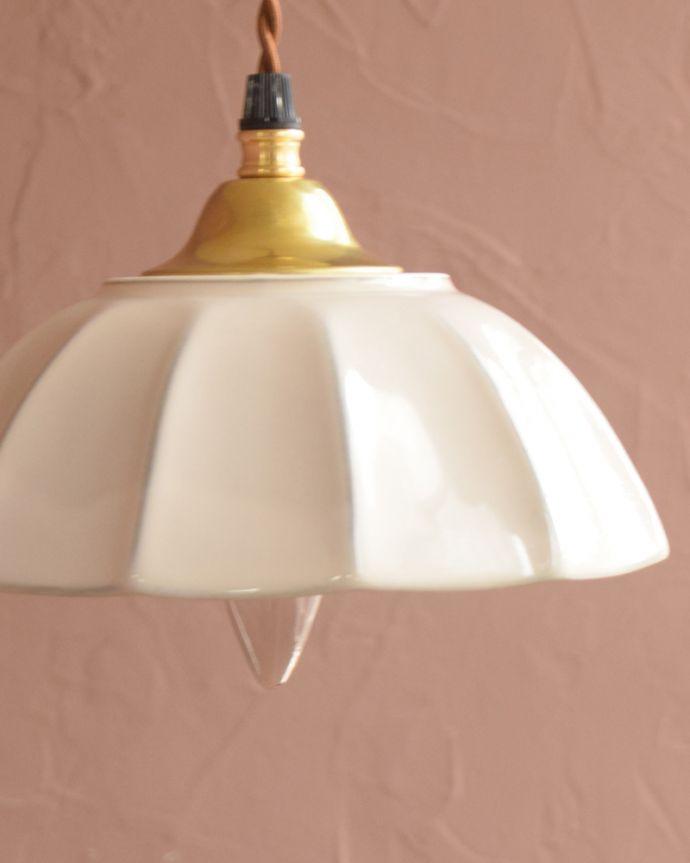 ペンダントライト 照明・ライティング ぬくもりが感じられる陶器のペンダントライト(アンブレラ・ホワイト)(ギャラリー付きコード・シャンデリア電球)。。(pl-265)
