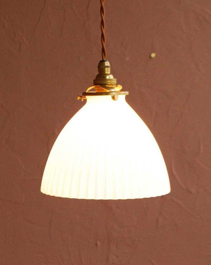 ペンダントライト 照明・ライティング スッキリとしたプリーツ模様が型押しされた真っ白なガラスシェード のペンダントライト(コード・シャンデリア電球・ギャラリーA付き) 。お部屋のアクセサリーを楽しんでみませんか?ガラスシェードのペンダントライトは気軽で使いやすく人気の照明器具。(pl-280)