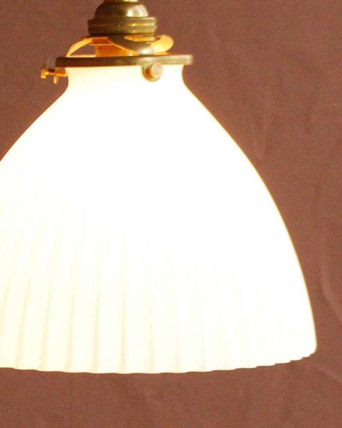 ペンダントライト 照明・ライティング スッキリとしたプリーツ模様が型押しされた真っ白なガラスシェード のペンダントライト(コード・シャンデリア電球・ギャラリーA付き) 。夜になって灯りを点けると・・・ガラスのシェードはとても優しい雰囲気。(pl-280)