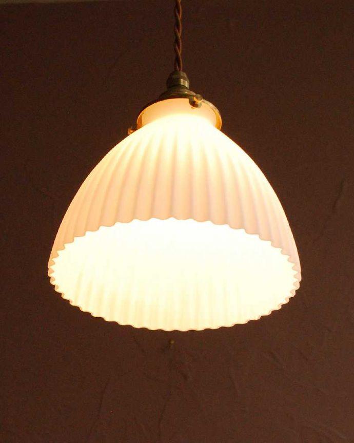 ペンダントライト 照明・ライティング スッキリとしたプリーツ模様が型押しされた真っ白なガラスシェード のペンダントライト(コード・シャンデリア電球・ギャラリーA付き) 。灯りを点けると・・・毎日の疲れをホッと癒してくれる灯り。(pl-280)