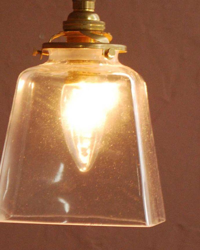 ペンダントライト 照明・ライティング スッキリとしたクリアガラスのペンダントライト(プリズムクリア)(コード・シャンデリア電球・ギャラリーA付き) 。夜になって灯りを点けると・・・ガラスのシェードはとても優しい雰囲気。(pl-284)