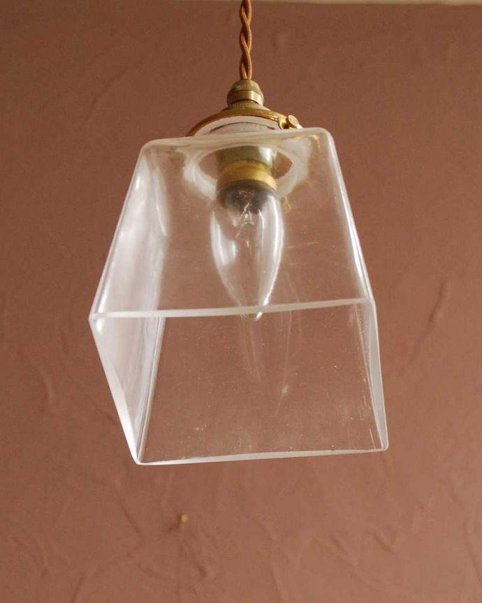 ペンダントライト 照明・ライティング スッキリとしたクリアガラスのペンダントライト(プリズムクリア)(コード・シャンデリア電球・ギャラリーA付き) 。下から見上げると・・・実際に取り付けてカウンターやダイニングの下からのぞくとこんな感じです。(pl-284)