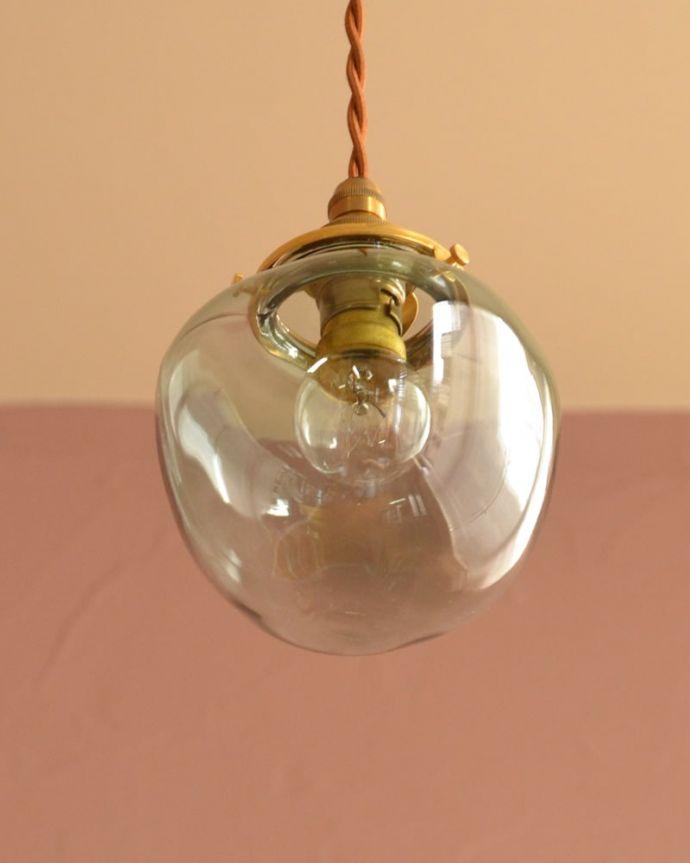 照明・ライティング ガラスシェード・ポム・グリーン 下から見上げると・・・実際に取り付けてカウンターやダイニングの下からのぞくとこんな感じです。(pl-291)