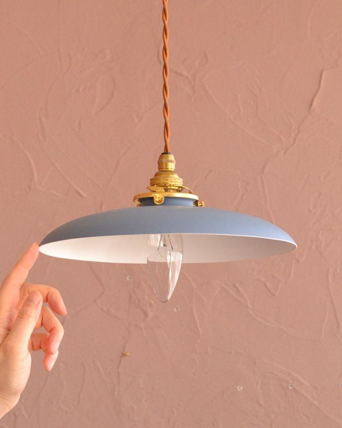 ペンダントライト 照明・ライティング 柔らかな曲線を描くアイアンシェード、北欧スタイルのペンダントライト・パウダーブルー色(コード・シャンデリア電球・ギャラリーA付き) 大きさはコレくらいシンプルなアイアンシェードは、灯りが点いていない時も、アクセントカラーとしてお部屋を彩ります。(pl-298)