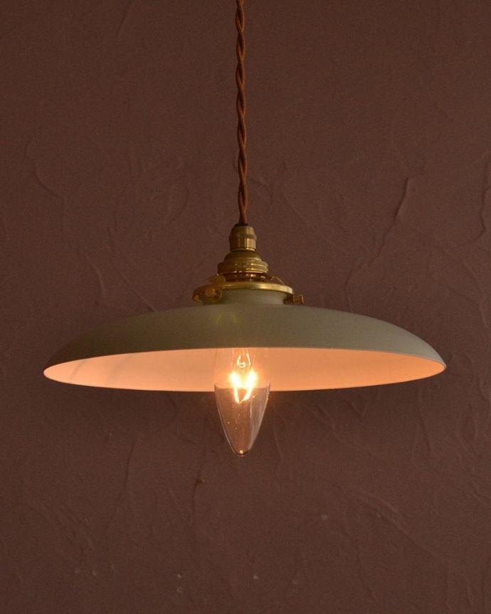 ペンダントライト 照明・ライティング クリームベージュ色のベレー帽のようなかたちのアイアンシェード(コード・シャンデリア電球・ギャラリーA付き) おしゃれな色が魅力のペンダントライトクリームベージュ色のツートンカラーのアイアンシェード。(pl-299)