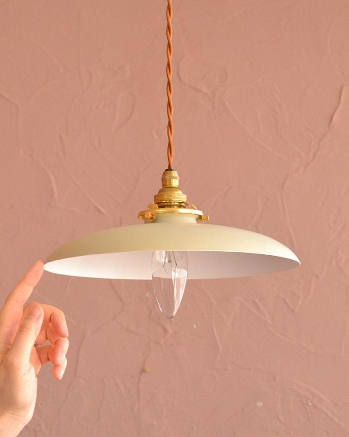 ペンダントライト 照明・ライティング クリームベージュ色のベレー帽のようなかたちのアイアンシェード(コード・シャンデリア電球・ギャラリーA付き) 大きさはコレくらいシンプルな小さなベルの形のシェードは、灯りが点いていない時も、アクセントカラーとしてお部屋を彩ります。(pl-299)