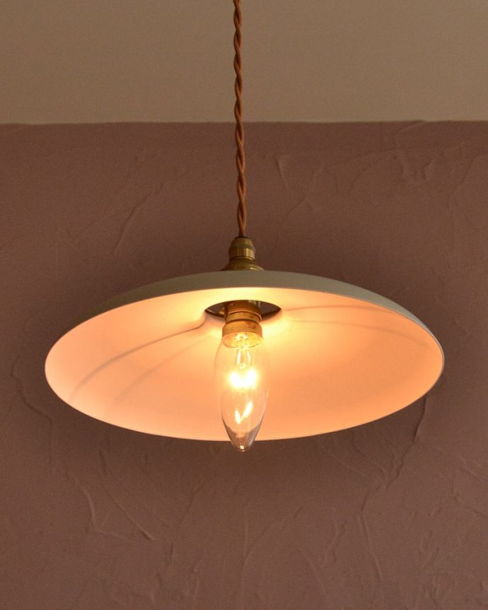 ペンダントライト 照明・ライティング クリームベージュ色のベレー帽のようなかたちのアイアンシェード(コード・シャンデリア電球・ギャラリーA付き) 夜になると・・・ふわっとした優しい灯りで周りを包み込んでくれるので、一日の疲れを癒してくれます。(pl-299)