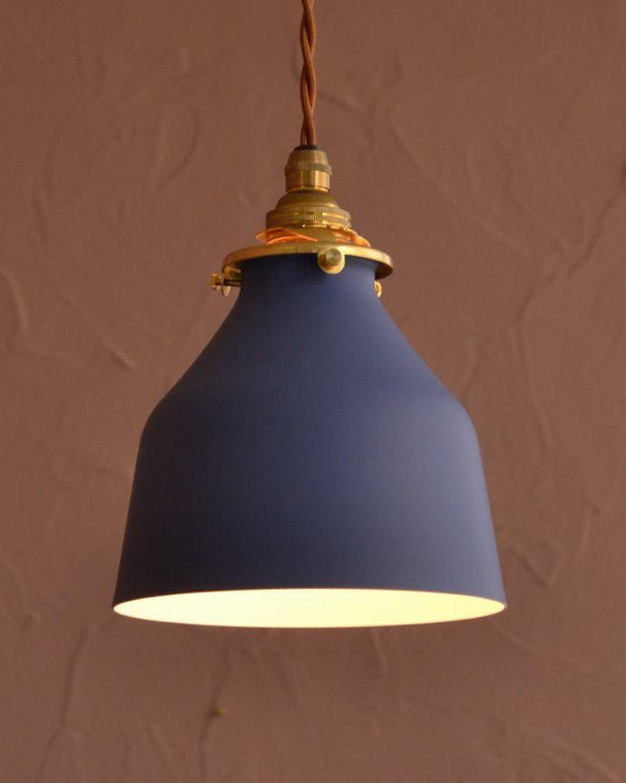 ペンダントライト 照明・ライティング ネイビー色がアクセントカラーになるベルの形のアイアンシェード(コード・シャンデリア電球・ギャラリーA付き) おしゃれな色が魅力のペンダントライトネイビー色のツートンカラーのアイアンシェード。(pl-300)