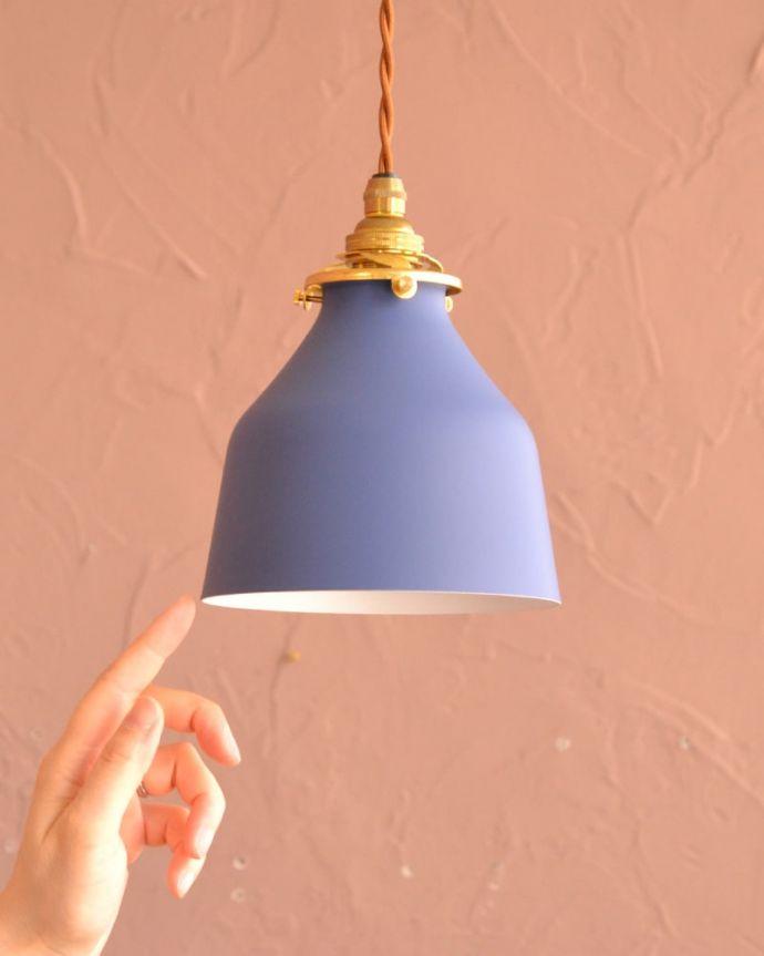 ペンダントライト 照明・ライティング ネイビー色がアクセントカラーになるベルの形のアイアンシェード(コード・シャンデリア電球・ギャラリーA付き) 大きさはコレくらいシンプルな小さなベルの形のシェードは、灯りが点いていない時も、アクセントカラーとしてお部屋を彩ります。(pl-300)
