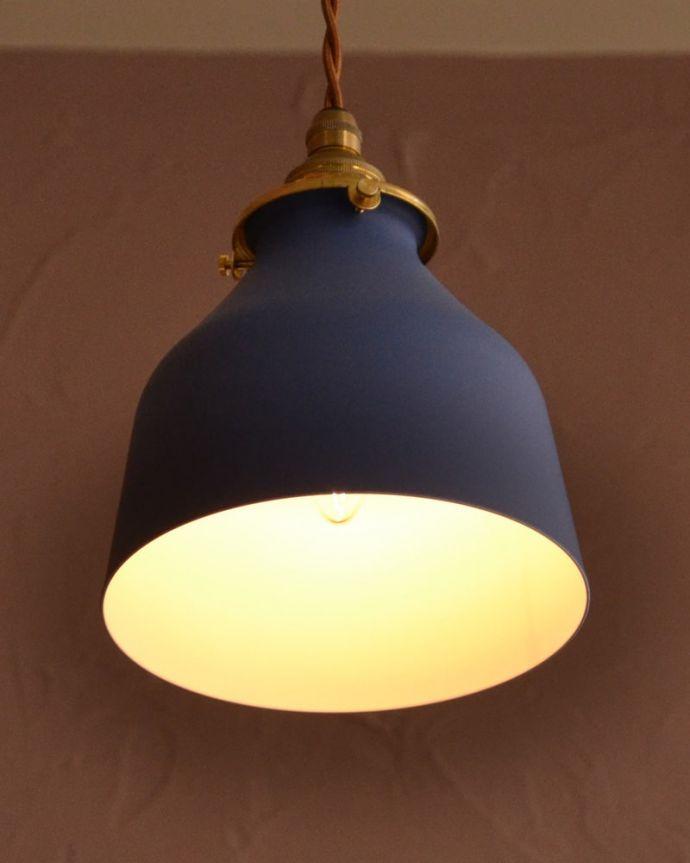 ペンダントライト 照明・ライティング ネイビー色がアクセントカラーになるベルの形のアイアンシェード(コード・シャンデリア電球・ギャラリーA付き) 夜になると・・・ふわっとした優しい灯りで周りを包み込んでくれるので、一日の疲れを癒してくれます。(pl-300)